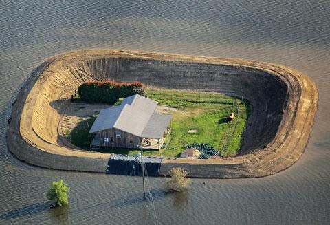Một ngôi nhà gần thành phố Vicksburg, Missisippi còn tồn tại nhờ hệ thống đê bao quanh, sau trận lũ vào tháng 5 năm ngoái. Khi lượng tuyết tan quá nhiều so với mọi năm cùng với sự xuất hiện bất thường của cơn bão đã gây ra những trận mưa kỷ lục trong nhiều ngày, khiến hệ thống tưới tiêu không còn hiệu quả và gây nên lũ. Đây là trận lũ lịch sử trên sông Missisippi. Vào thời gian đó, lũ đạt đỉnh tại Vicksburg tới gần 17,4m, vượt qua kỷ lục của trận lũ năm 1927.