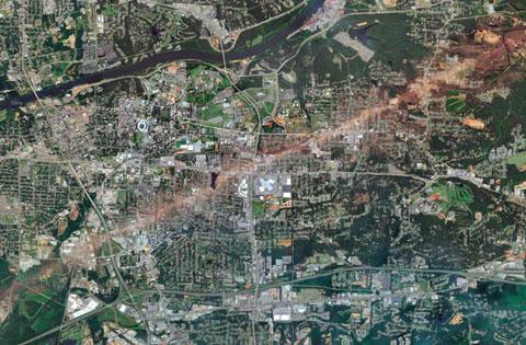 Trận lốc xoáy diễn ra ngày 27/4 ở Mỹ khiến nhà cửa nơi đây chỉ còn là đống gạch vụn, cây cối, cột điện đổ rạp, xe cộ nằm lăn lóc trên đường phố. Trận lốc đi qua, nhiều thành phố và thị trấn ở các bang miền nam nước Mỹ bị tàn phá như vừa bị ném bom. Cơn lốc đã cướp đi sinh mạng của ít nhất 300 người.