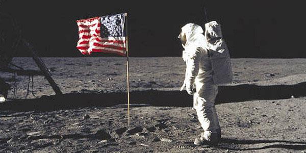 Bức ảnh đi vào lịch sử của Neil Armstrong trên mặt trăng