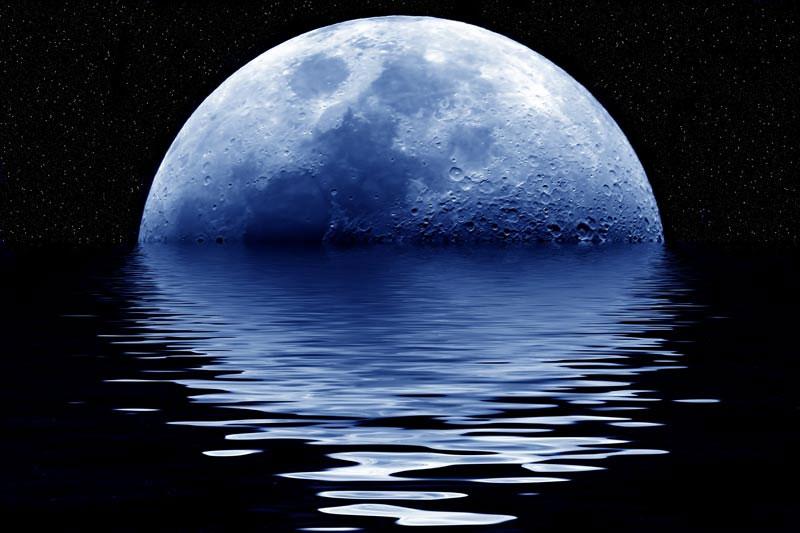 Có thể tự chụp những bức ảnh Mặt Trăng có màu xanh bằng cách sử dụng một ống kính chỉ lọc ánh sáng màu xanh.