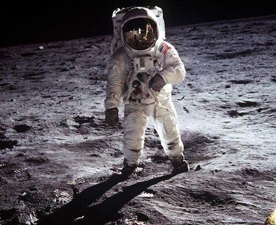 Con người và mặt trăng