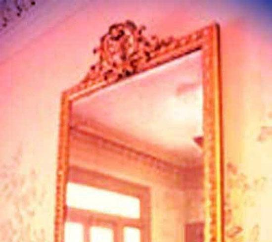 """Chiếc gương """"quỷ ám"""" - bí ẩn lạnh người"""