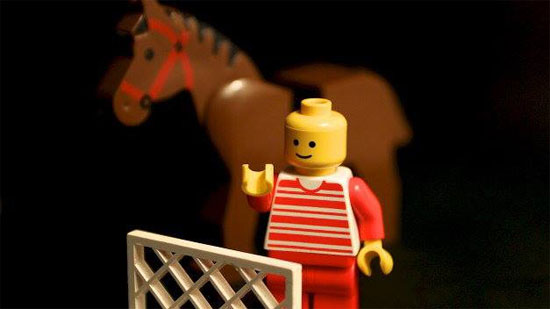 Vì sao đồ chơi Lego có lỗ trên đầu