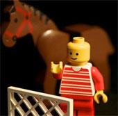 Vì sao đồ chơi Lego có lỗ trên đầu?