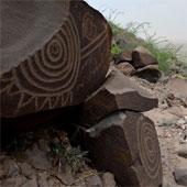 Hình khắc bí ẩn trên đá