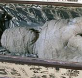 """Cậu bé tìm thấy """"xác ướp"""" trong gác xép"""