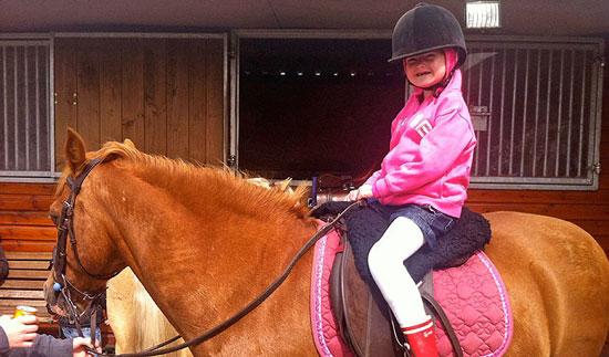Cô bé Holli mơ ước được học cưỡi ngựa