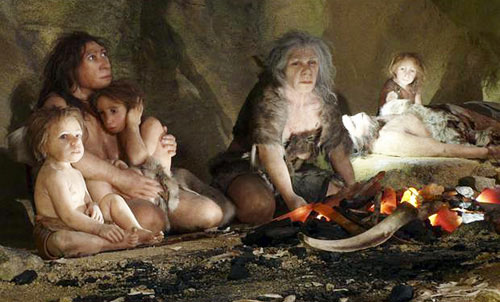 Minh họa cuộc sống của một gia đình người Neanderthal trong hang động - (Ảnh: Reuters)
