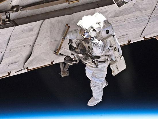 Phi hành gia làm việc bên ngoài ISS
