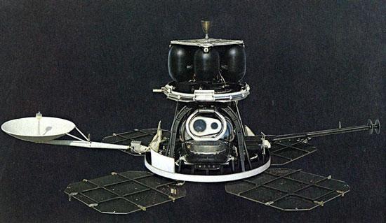 """Tàu con thoi Lunar Orbiter, thực chất là """"một cỗ máy chụp hình bay khổng lồ"""". (Ảnh: NASA)"""