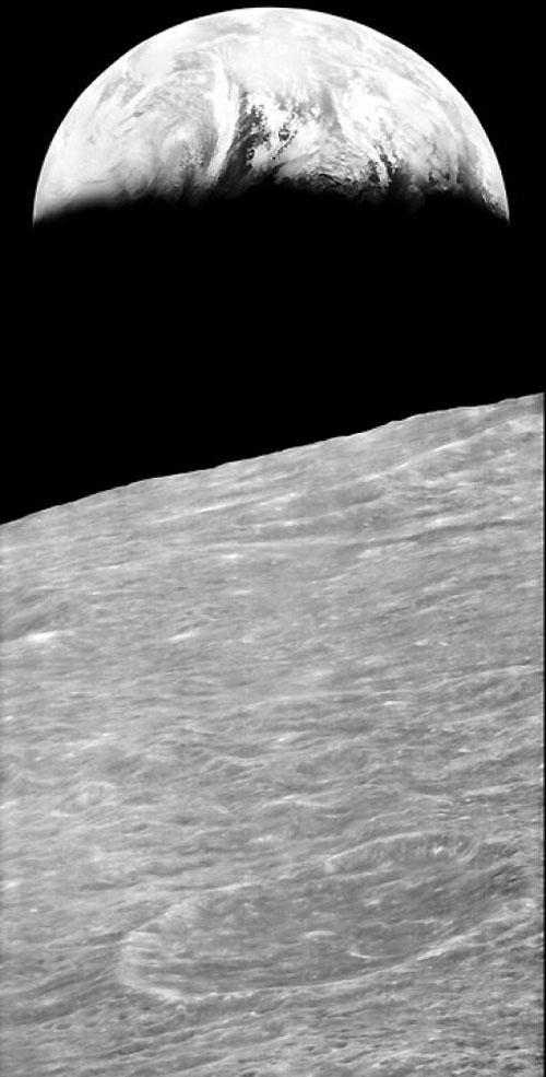 """Bức hình nổi tiếng """"Trái đất mọc"""" được chụp từ vũ trụ bởi tàu Lunar Orbiter 1, thể hiện Trái đất đang mọc lên duyên dáng trên đường chân trời của Mặt Trăng, năm 1966. (Ảnh: NASA)"""