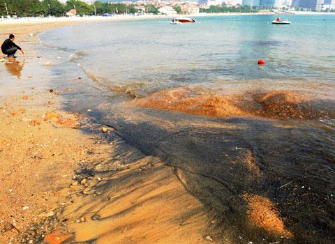 Các nhà khoa học cho rằng, màu đen của cát do hiện tượng tro biển vùi lập trong nhiều năm qua. (Ảnh: Xinhua)