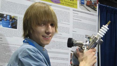 17 tuổi nghiên cứu hạt nhân