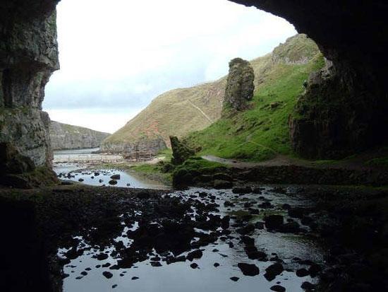 Thác nước trong hang đá ở Scotland