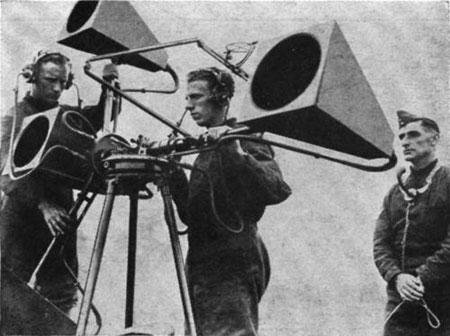 Máy định vị âm thanh 4 ống nghe của Anh được sử dụng năm 1938.