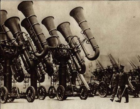 Máy định vị âm thanh của Nhật Bản năm 1930, trông như dàn kèn khổng lồ.