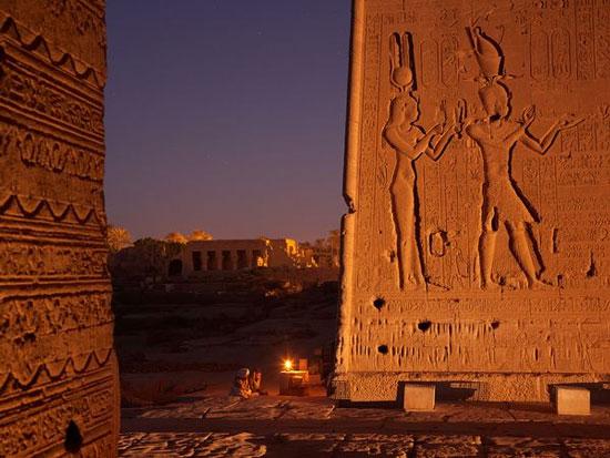 Hình ảnh nữ hoàng Cleopatra trên bức tường, phía bên trái là ngôi đền Dendeta