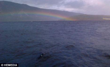 Bức ảnh Rowe tin là mình đã chụp được cái bướu trên lưng của thủy quái hồ Lock Ness