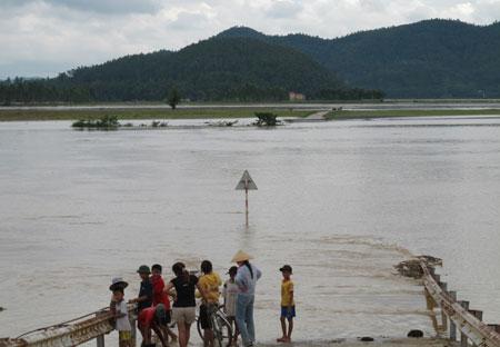 Nước sông Lam dâng cao, nhiều nhà dân ngập lụt