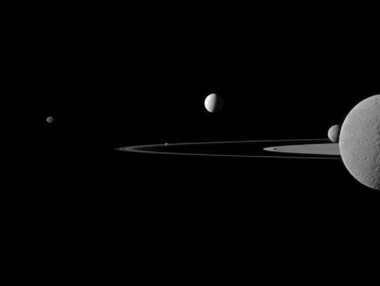 5 vệ tinh của sao Thổ hiện ra trong một bức ảnh do tàu Cassini chụp vào ngày 12/9. Rhea, vệ tinh lớn thứ hai của sao Thổ, nằm gần nhất so với ống kính. (Ảnh: NASA)