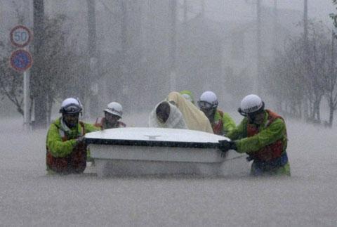 Dân Nhật sơ tán vì bão