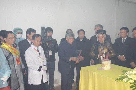 Đồng chí Lê Khả Phiêu thắp hương tại phòng thi hai vua Lê Dụ Tông. (Ảnh: N.M.H)