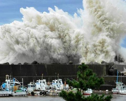 Con sóng lớn do ảnh hưởng của siêu bão Roke đập vào đê chắn sóng ở Udono, thuộc cảng biển Kiho, tỉnh miền trung Mie. (Ảnh: AP)