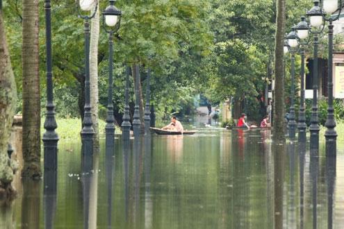 Hàng nghìn người bị cô lập do mưa lũ