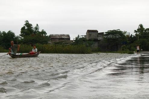 Các xã Hương Phong, Hương Vinh của huyện Hương Trà và Quảng An, Quảng Thành của huyện Quảng Điền mênh mông nước.