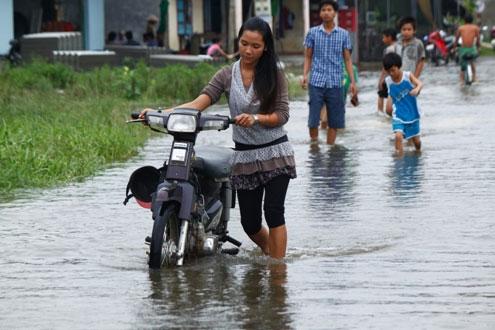 Do đường ngập, nhiều xe máy bị chết máy.