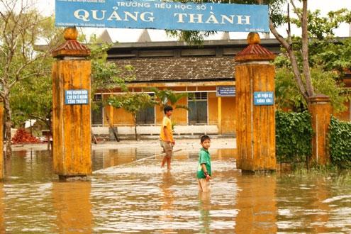 Trường học Quảng Thành bị ngập, học sinh phải nghỉ học.