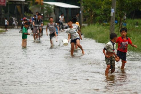 Trẻ em ở Thừa Thiên - Huế đã quá quen với những trận lũ như thế này.