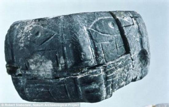 Chiếc nhẫn đá cỡ nhỏ mà các nhà khảo cổ tìm thấy trong ngôi mộ 1300 tuổi ở tầng trên.