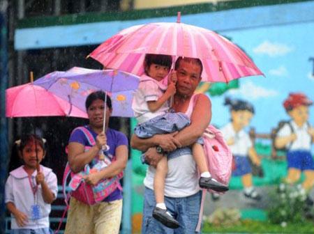 Một trận mưa đổ xuống thành phố Manila hôm 26/9 do ảnh hưởng của bão Nesat. (Ảnh: AFP)