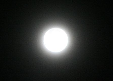 """Mặt """"trăng xanh"""" tròn vành vạnh, """"không tì vết"""""""