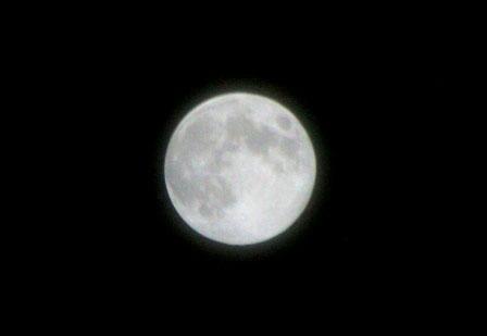 """Cận cảnh """"trăng xanh"""" đẹp mãn nhãn (PV chụp bằng máy Canon D350, ống kính Tamron 18-250)"""