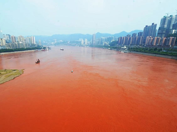 Nước sông Dương Tử chuyển sang màu đỏ
