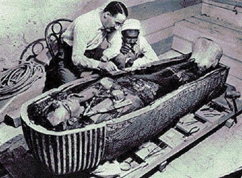 Xác ướp được cho là vua Tutankhamun trong một lăng mộ khai quật vào năm 1922.
