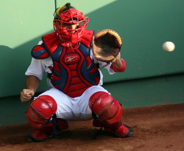 Catcher - cầu thủ giữ vị trí quan trọng nhất trong môn bóng chày - sử dụng tay trái bắt bóng. Vì vậy, người thuận tay trái sẽ có lợi thế hơn khi chơi ở vị trí này.