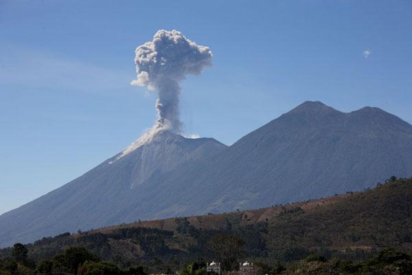 Núi lửa phun trào dữ dội ở Guatemala, hàng chục ngàn người sơ tán