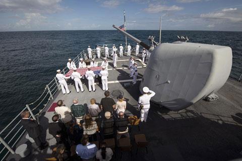 Cơ quan Hàng không vũ trụ Mỹ (NASA) thông báo nghi lễ chôn Armstrong diễn ra trên hàng không mẫu hạm USS Philippine Sea trên Đại Tây Dương vào ngày 14/9. Trước đó một ngày NASA đã tổ chức lễ tưởng niệm ông ở thủ đô Washington.
