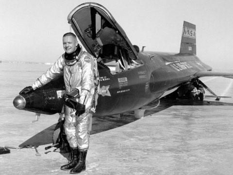 Armstrong từng lái máy bay chiến đấu của hải quân Mỹ trước khi trở thành phi hành gia.