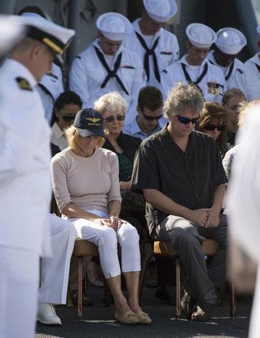 Bà Carol Armstrong (đội mũ đen), vợ của Neil Armstrong, cùng mọi người mặc niệm ông trong lễ chôn cất.