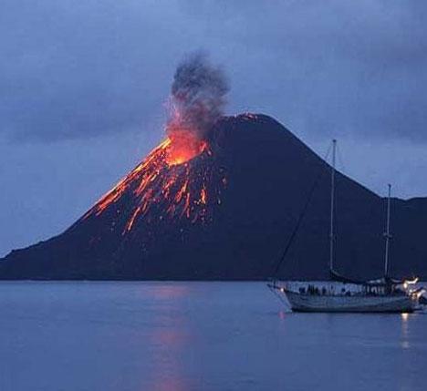 Video: Núi lửa Indonesia phun tro bụi cao 1.000m