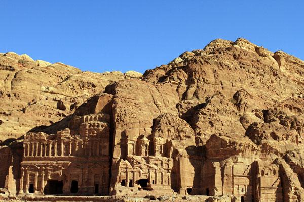 Các ngôi đền, lăng mộ và sảnh đường ở Petra nằm rải rác trong suốt 400 dặm vuông.