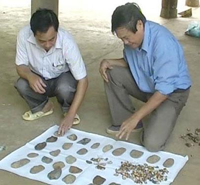 Cán bộ Viện Khảo cổ học Việt Nam đang phân loại các di vật.