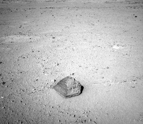 """Phát hiện viên đá """"kim tự tháp"""" huyền bí trên hành tinh Đỏ"""