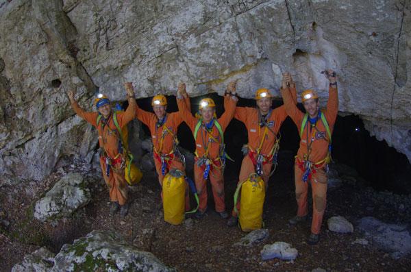 Phi hành gia chui vào hang để huấn luyện