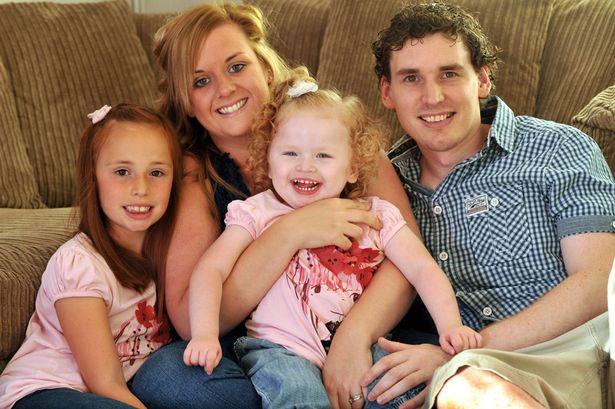 Bé Blisse Mellens (giữa) cùng cha mẹ và chị gái 8 tuổi.