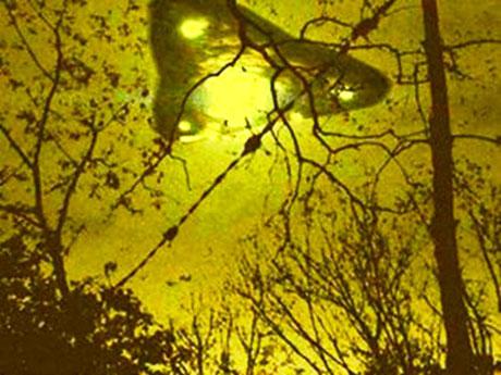 Một bức ảnh mà giới truyền thông sử dụng để minh họa vật thể bay lạ phía trên khu rừng gần căn cứ không quân Bentwaters của Mỹ tại hạt Suffolk, Anh vào năm 1980.